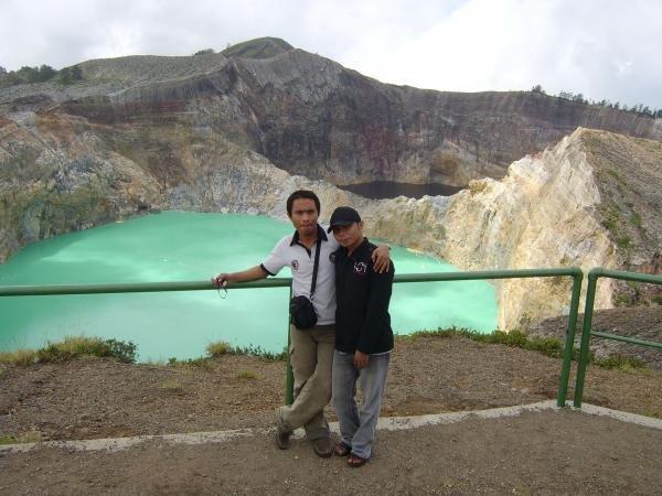 Buya & Dik Neya di Danau 3 Warna Kelimutu, Flores, NTT. Landmark Flores, selain Kepulauan Komodo