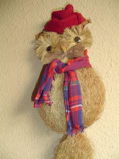 en este caso utilic un bho que tena de adorno y lo cambi a estilo navideo colocandol una bufanda y una gorra