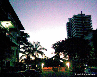 Pôr-do-sol na entrada do condomínio