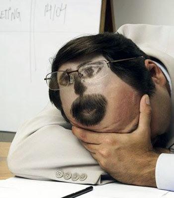 http://1.bp.blogspot.com/_tsgbycaZaHI/SUhPHVdZ1TI/AAAAAAAAAJM/55XvKlo9fg0/s400/como+dormir+no+trabalho+4.jpg