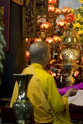 sacerdote budista orando