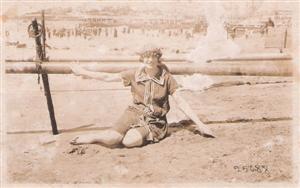 La abuela de joven, en la playa.