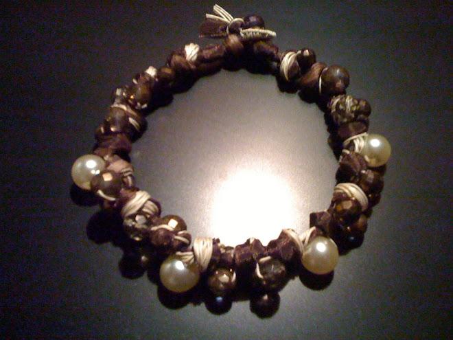 Girocollo di cotone e tulle marrone con perle e cristalli