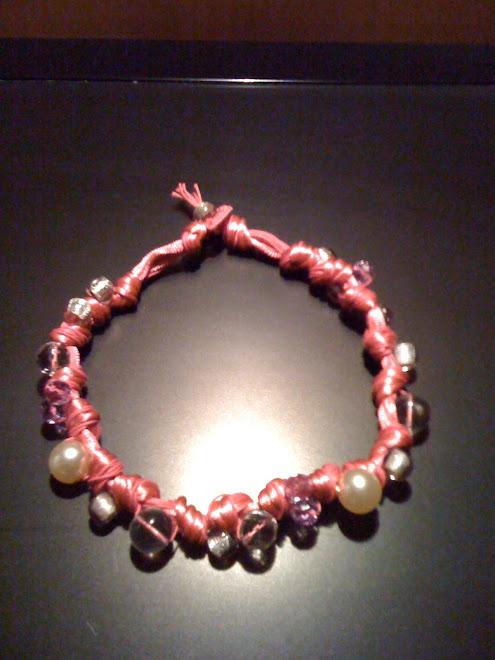 Girocollo di cotone rosa lucido con perle e cristalli