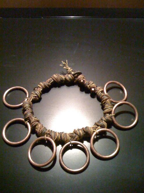 Girocollo di cotone cerato bicolore e cerchi di ottone