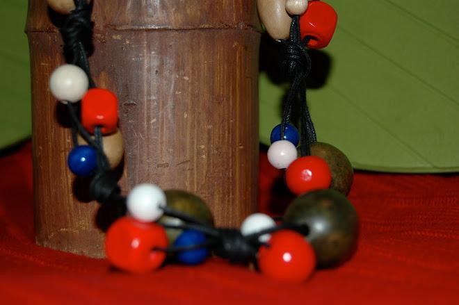 Collana lunga con perle di legno su corda cerata marrone scuro