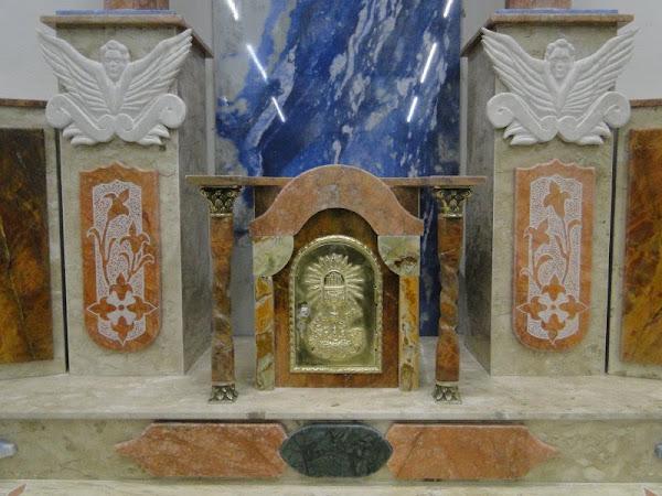 marmore talhado e desenhado, capitéis e porta do sacrario de bronze