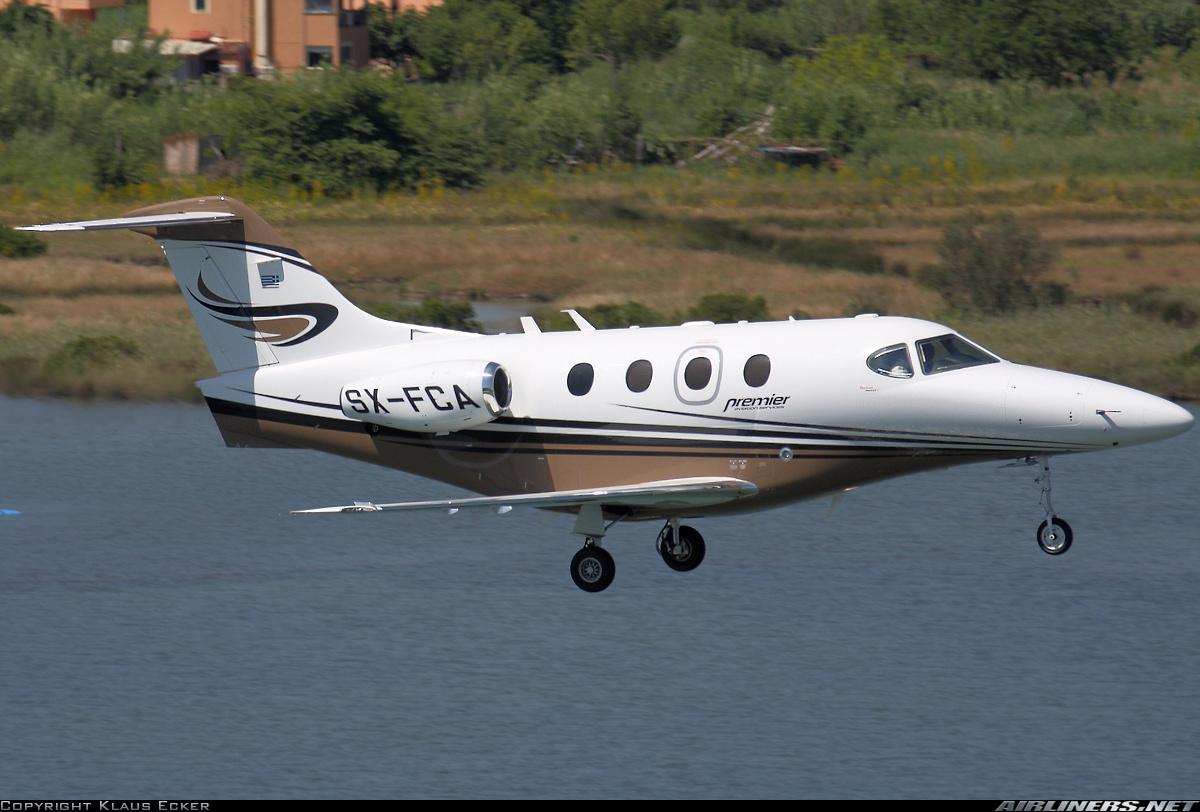 Jet Privato Treviso : Aerei jet privato sulla linea di atterraggio bianco e nero u foto