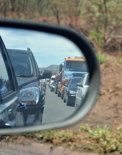 Mineiros na estrada vê engarrafamento do retrovisor