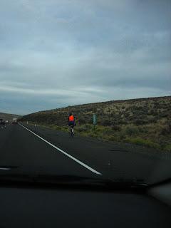 un cycliste sur l'autoroute en allant à the gorge