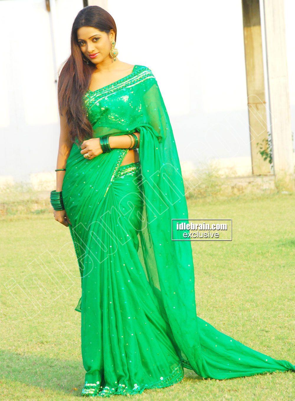 Actress Udaya Bhanu in Geen Designer Saree Photo Gallery