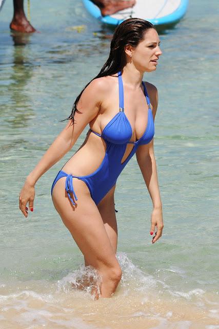 Hot Kelly Brook Bikini Candids