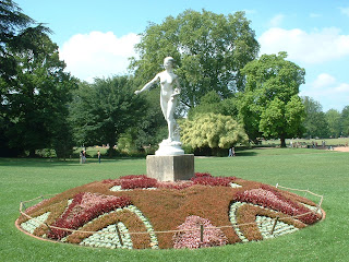 Statue d'une femme entourée de fleurs
