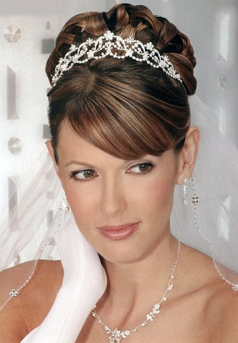 A long veil allows for both updos and loose hairstyles. The bridal veil