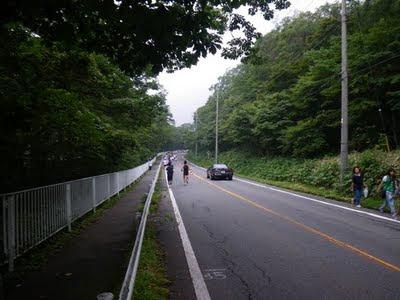 3km付近。二車線の道路は片側規制