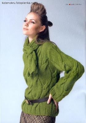 Объемный пуловер с крупной вязкой из кос вязаный спицами.