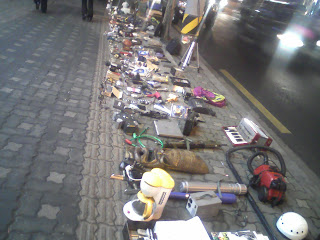 Sidewalk sales, common in Seoul, seem not to need a permit