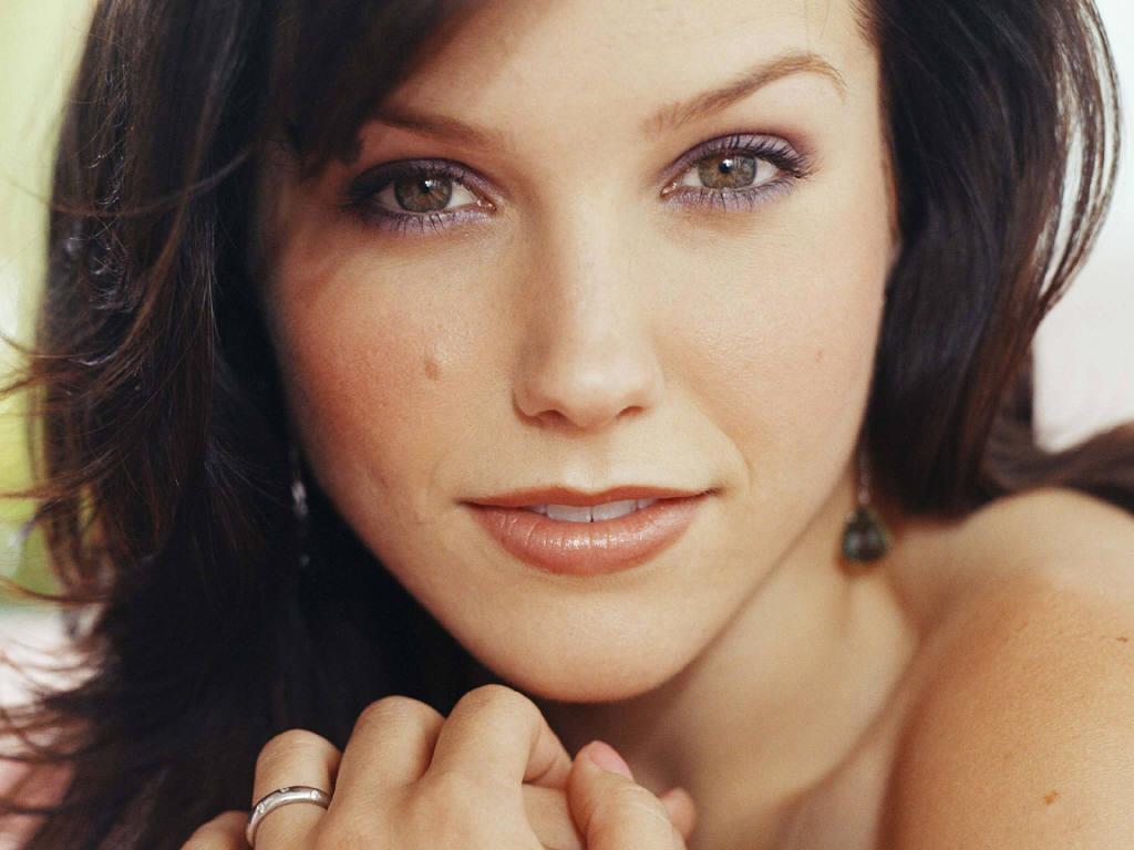 http://1.bp.blogspot.com/_uZ1aNXJOTeY/TRmlZJXiD9I/AAAAAAAAAFI/XTIs9WHOUgs/s1600/Sophia-Bush-18.JPG