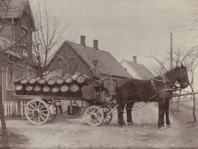 kusken Anders Nymann f. 1894 ved Spjellerup Bryggeri - klik for større billede