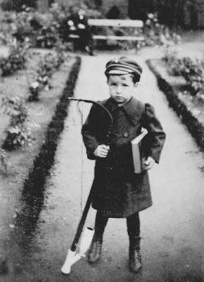En måske kommende akademiker på 5 år - ca. 1910 - klik for større billede