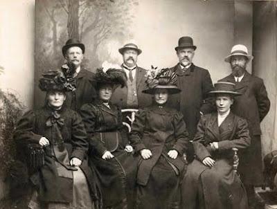Fruer med store hatte og deres mænd ca. 1898 - klik for større billede