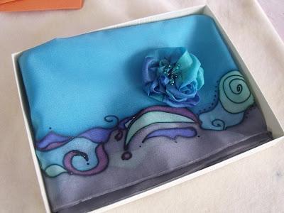 ajándék ötletek: kézzel festett selyemkendő és selyem ékszer