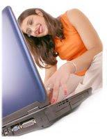 chica linda utilizando laptop