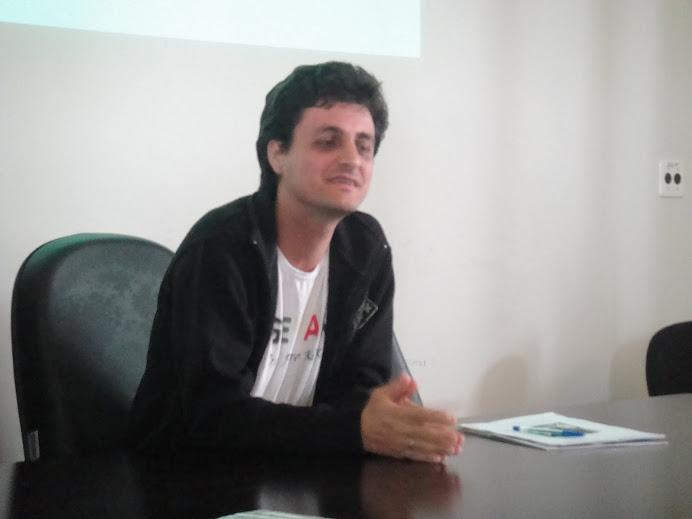 Prof. Marcelo durante apresentação