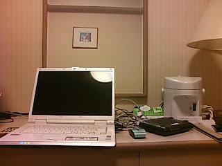 ホテルの部屋とパソコン