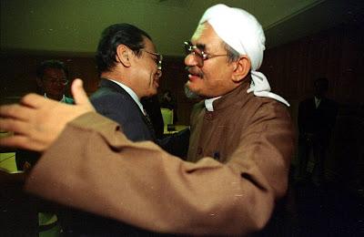 Image result for Gambar Hadi berpeluk dengan Lim Kit Siang