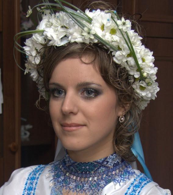 Чарівна українська наречена у вінку із живих ромашок