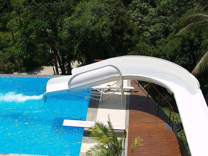 Blog de piscinas un tobog n en la piscina for Apartamentos con piscina en alcoceber
