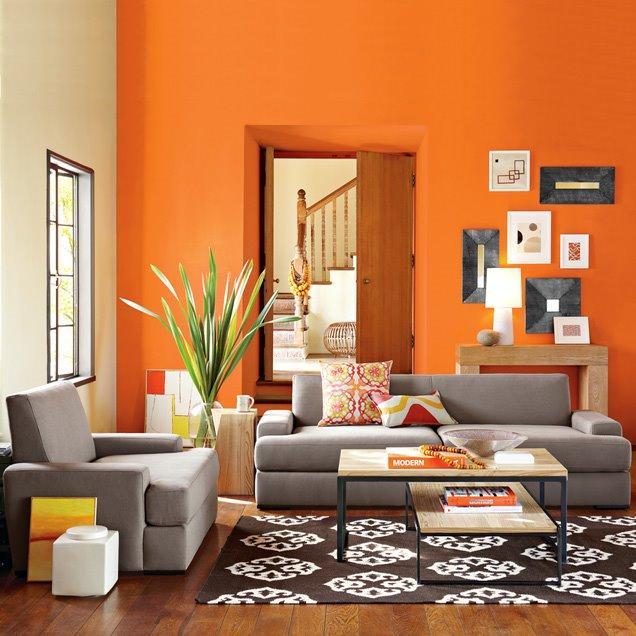 Decorando las paredes en color naranja con muebles en color plomo.