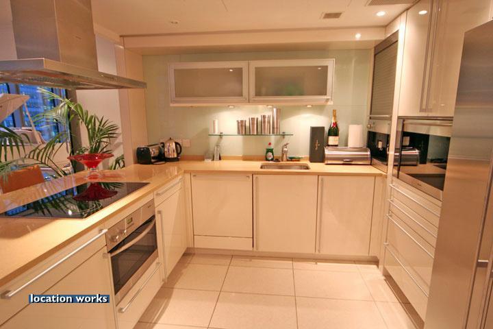 Decora y disena decoraci n interior de departamento por for Cocinas en forma de u con barra