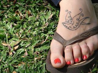 tatuagem de pomba nos pés