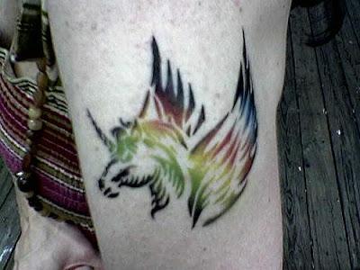 foto do desenho de uma tatoo  de cavalo unicórnio alado