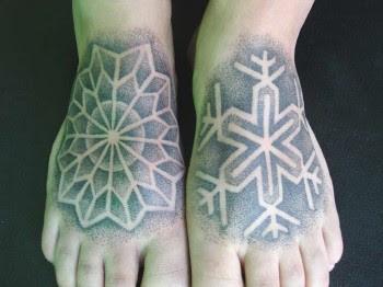 tattoo em pontilhismo nos pés