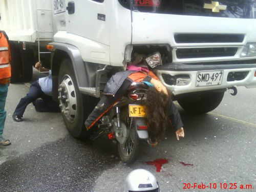 Accidente horrible de mujer motociclista con camion