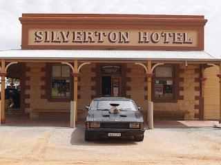 L'auto di Mad Max posteggiata di fronte al Silverton Hotel