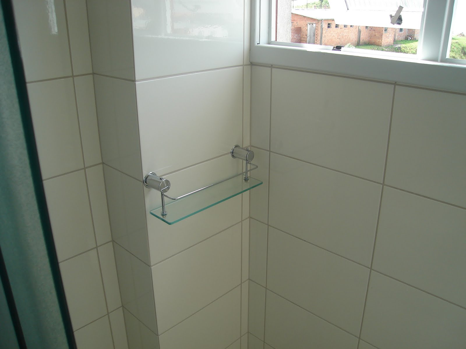 banheiros com porcelanatos e azulejos ceusa e rejunte epóxi da  #7E5B4D 1600x1200 Banheiro Branco Com Rejunte Azul