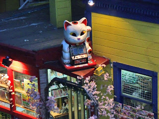 big maneki neko in the evening