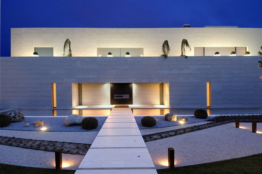 House with big windows and the swimming pool madrid for Modern houses in spain