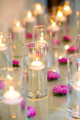 Sencilla y brillante decoración de mesa. San Valentín.