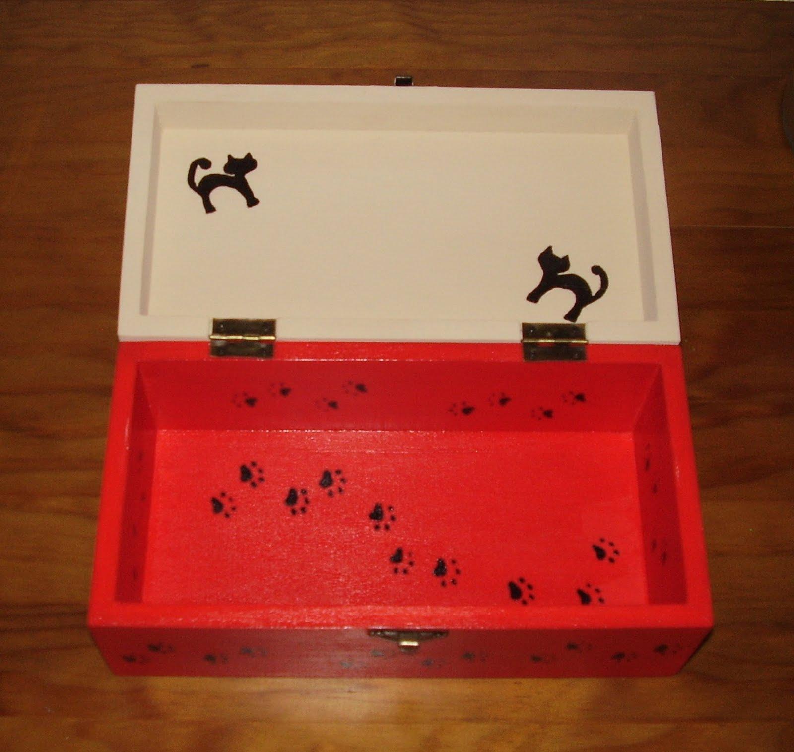Caixa em madeira pintada à mão com tinta acrílica papel arroz e  #B11B1A 1600x1515