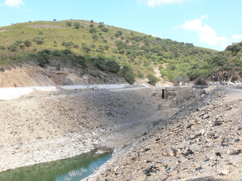 [orilla-embalse-Alcántara-Monfragüe-efecto-oscilaciones-de-nivel-octubre-2007.jpg]