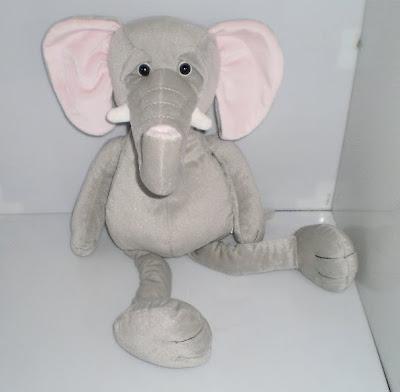 Bánatos szemű plüss elefánt