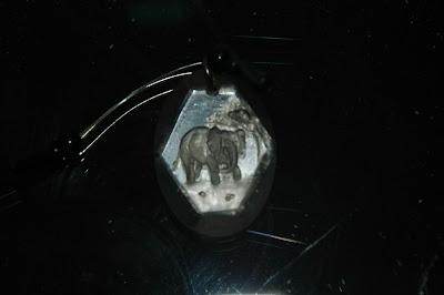 Gravirozott elefántos üveg medál