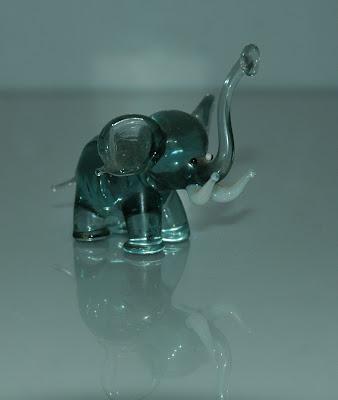Kékes üveg elefánt...