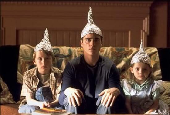 Fuerte Rumor circula en Internet sobre Contacto Extraterrestre para el 4 de Julio Signs_foil_hat-thumb-550x373-17996