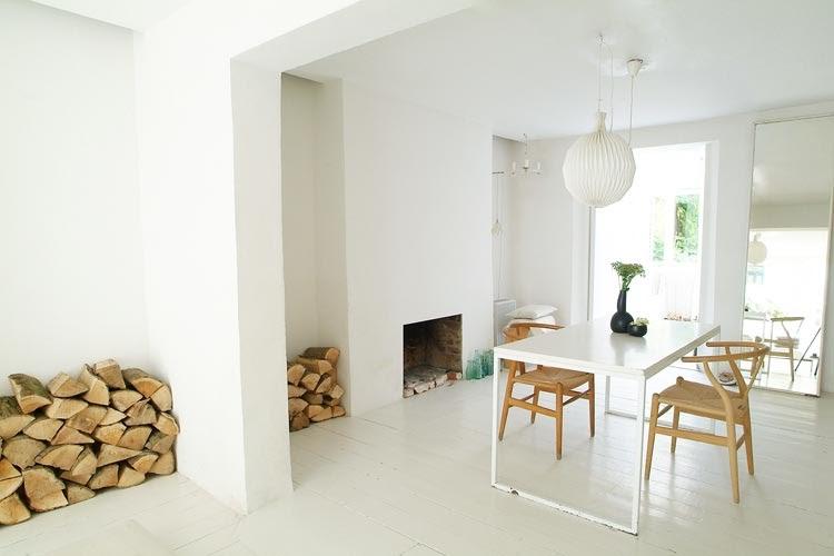 Een witte vloer met een witte tafel villa d 39 esta interieur en wonen - Tafel en witte stoelen ...